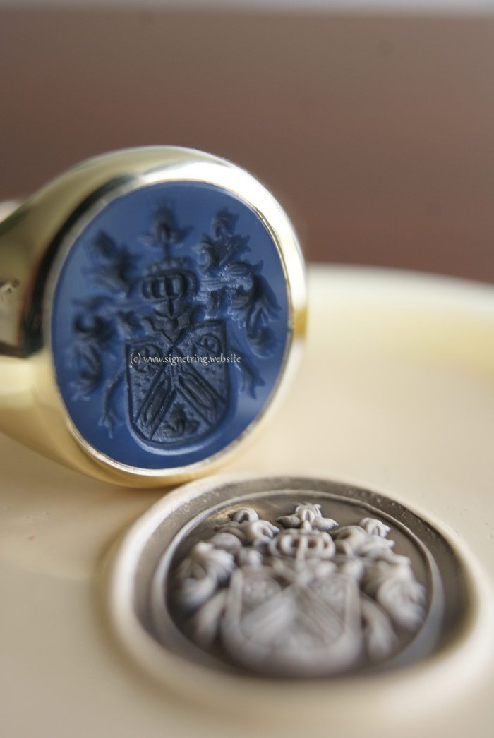 Gold mens signet ring with darkblue layered agate gemstone
