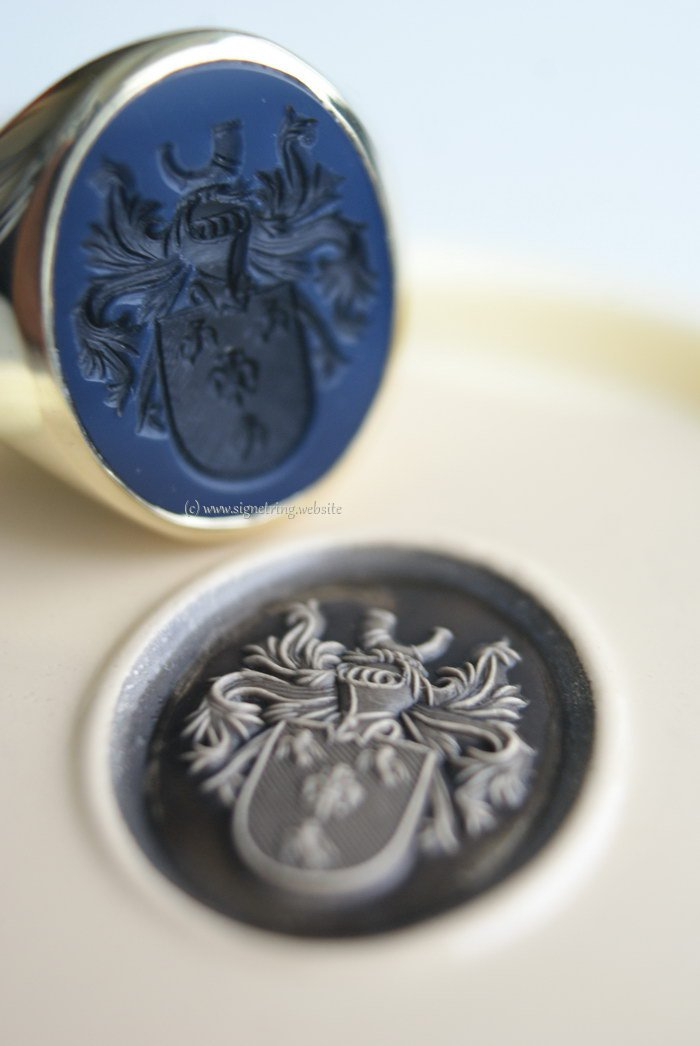 Oval mens signet ring with darkblue layered agate