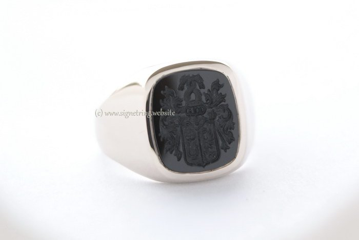 Signet ring in white gold with black onyx