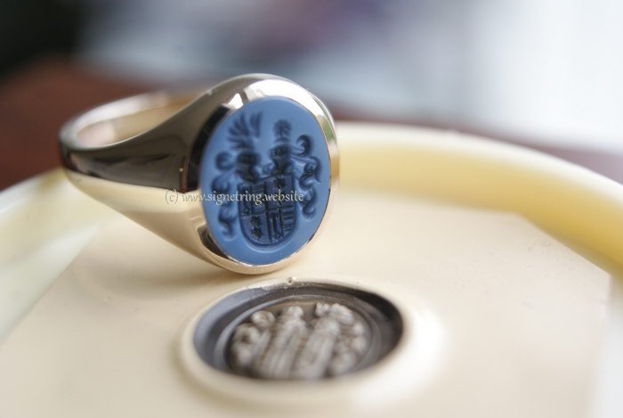Signet ring with family crest alliance